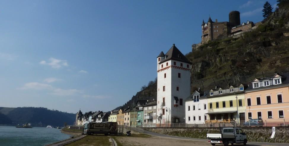 Stankt Goarshausen, Ortseingang Süd, Ostturm und Burg Katz