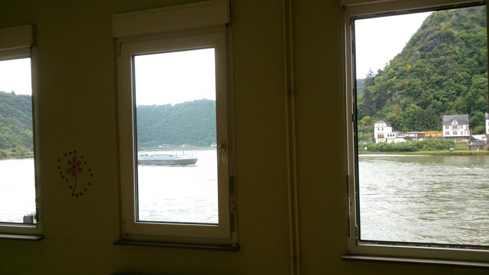 Ausblick auf den Rhein durchFenster im ersten Stock