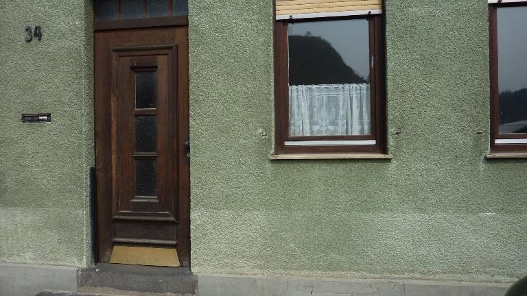 Haustür und Hausnummer 34