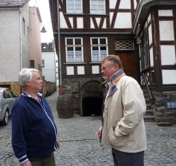 """Zwei Männer vor Fachwerkhaus """"Zum Roten Kopf"""""""