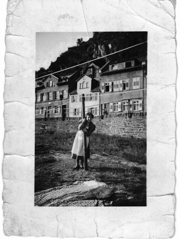 ca. 1960, Lore Kissel mit Wäschestücken vor Häusern in der Rheinstraße