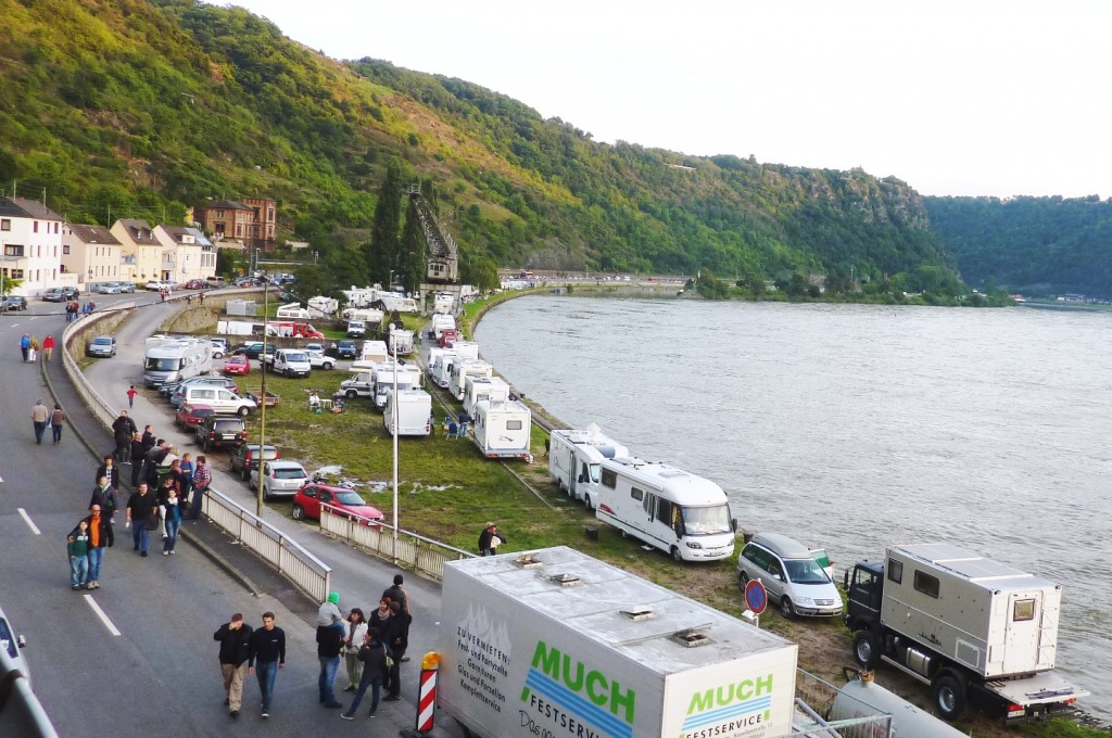 Menschen auf der Straße, Wohnmobile am Rheinufer