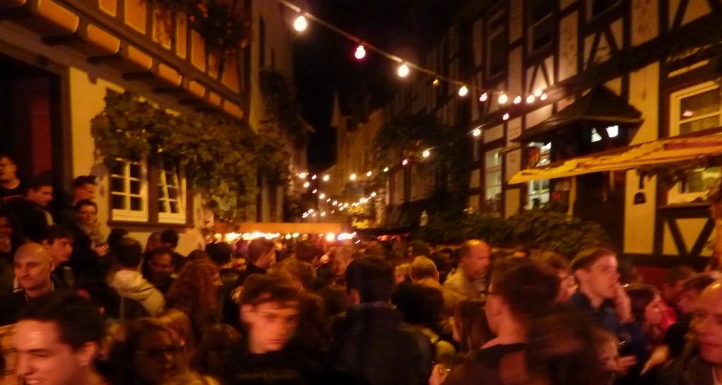 Volksfest bei abendlicher Beleuchtung
