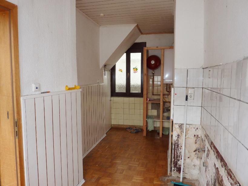 Küche mit Fenster zur Gasse und Gastherme
