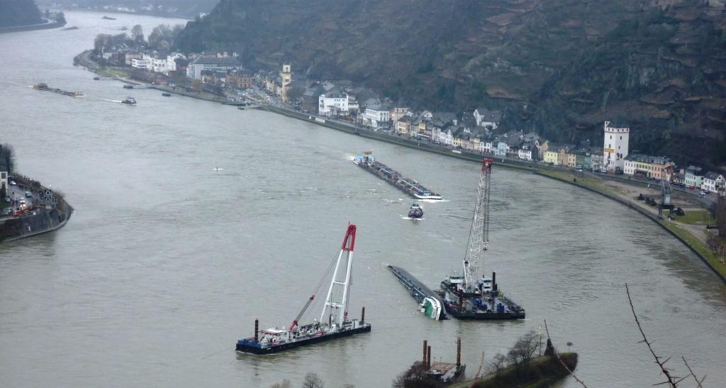 Zwei Schwimmkräne flankieren gekenterten Tanker vor Sankt Goarshausen