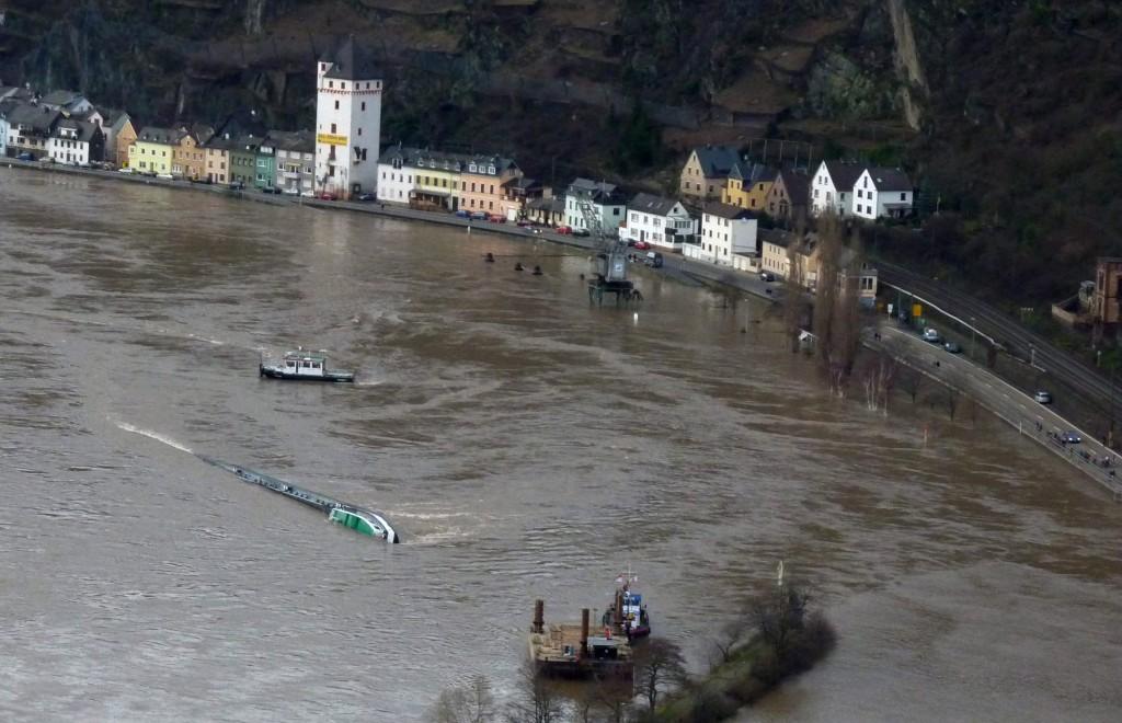 Havarierter Tanker Waldhof in den Fluten des Rheins vor Sankt Goarshausen