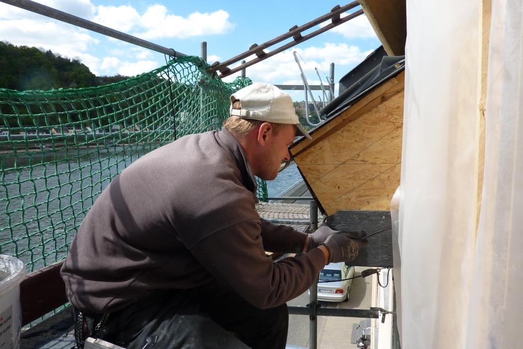 Dachdecker arbeitet Detail an neuem Schieferdach