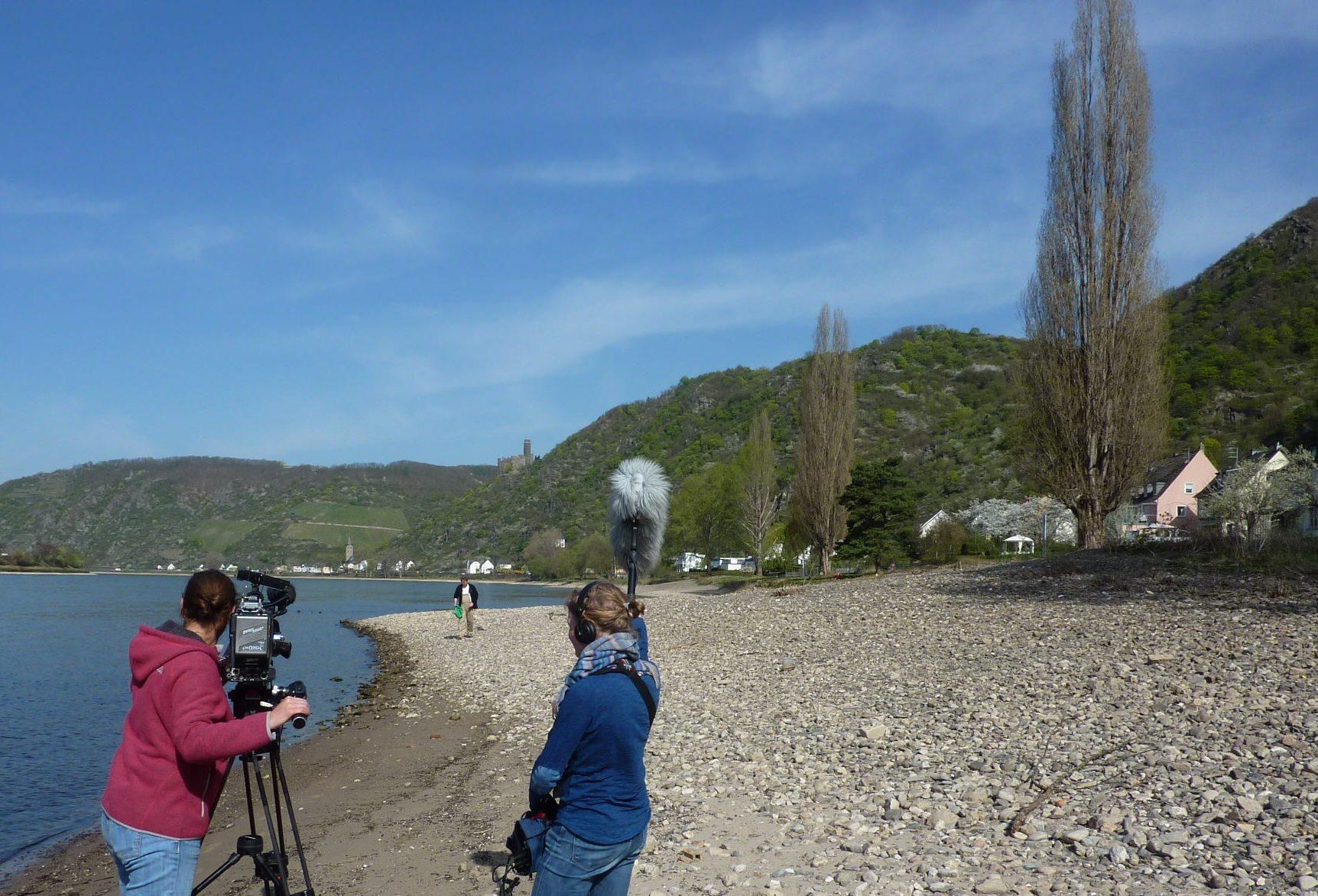 Kamerafrau und Assistentin am Rheinufer bei Sankt Goarshausen