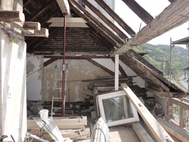Dach offen, teilweise durch neue Balken ergänzt