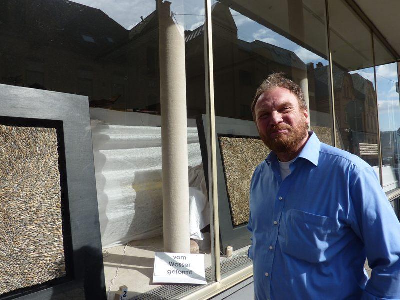 Steinkünstler Detlef Kleinen vor seinem Geschäft und Atelier in Sankt Goarshausen