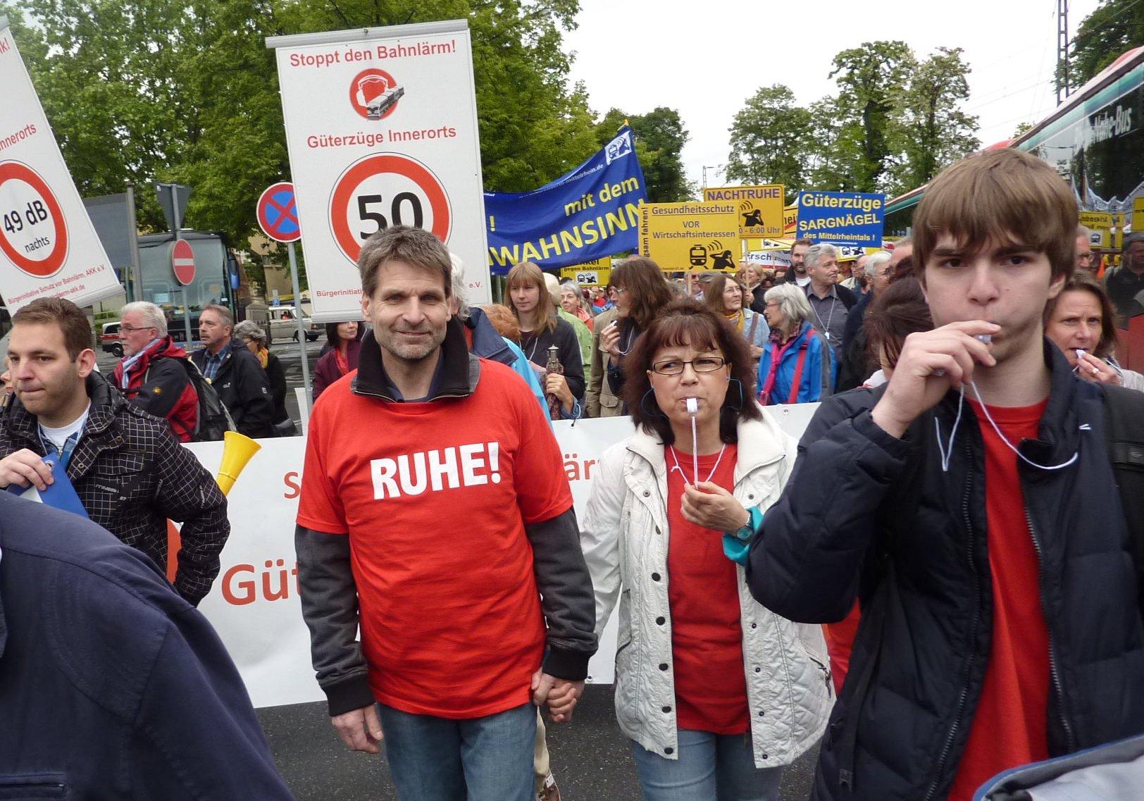 Demonstrierende mit Transparenten gegen Bahnlärm u. für Nachtfahrverbote für Güterzüge