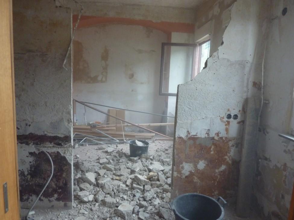Reste einer Wand zwischen zwei Räumen, Bauschutt auf dem Boden