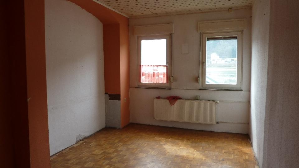 Leerer Wohnraum mit zwei Fenstern