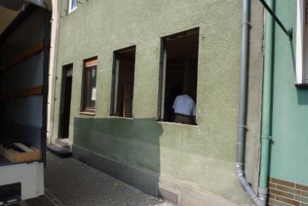 Fassade mit zwei leeren Fensteröffnungen während des Fensteraustauschs