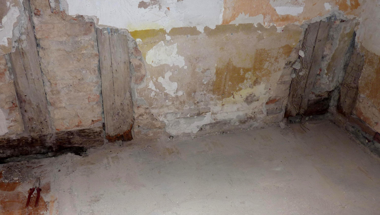 Gemauerte Wand zwischen zwei Holzständern