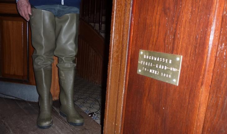 Hochwassermarke im Raum mit Holzvertäfelung