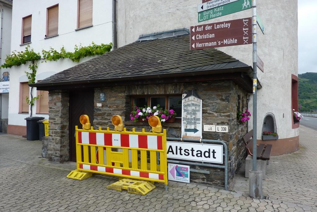 Hinweis- und Wanderschilder am Eingang zur Altstadt St. Goarshausen