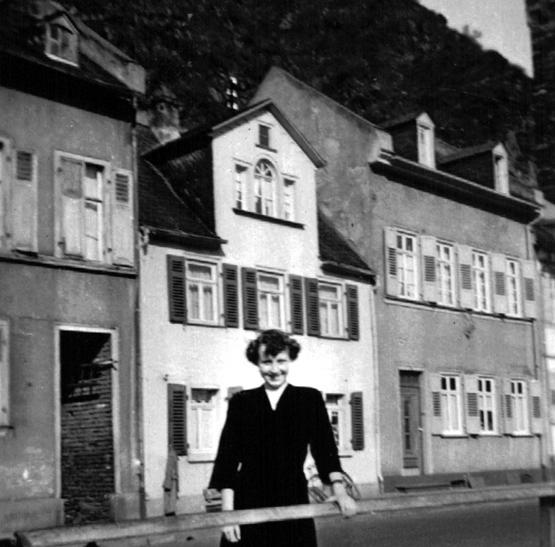 Lore Kissel, damals noch Lore Menges, am Tag iher Konfirmation (1952) vor den Häusern Rheinstraße 32 - 34