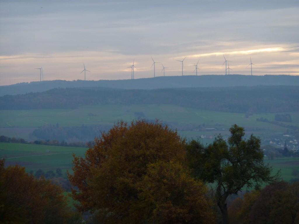 Hunsrück-Höhen, Windräder am Horizont