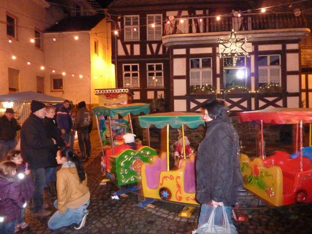 Kinderkarussell bunte Eisenbahn auf dem Weihnachtsmarkt in Sankt Goarshausen