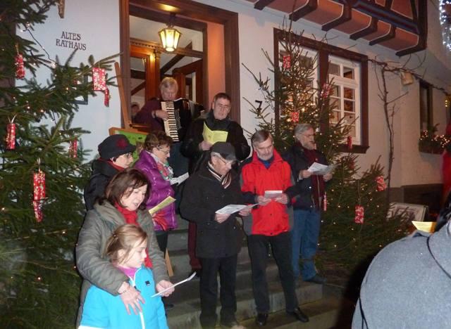 Kleiner gemischer Chor vor dem weihnachtlich geschmückten Alten Rathaus in Sankt Goarshausen