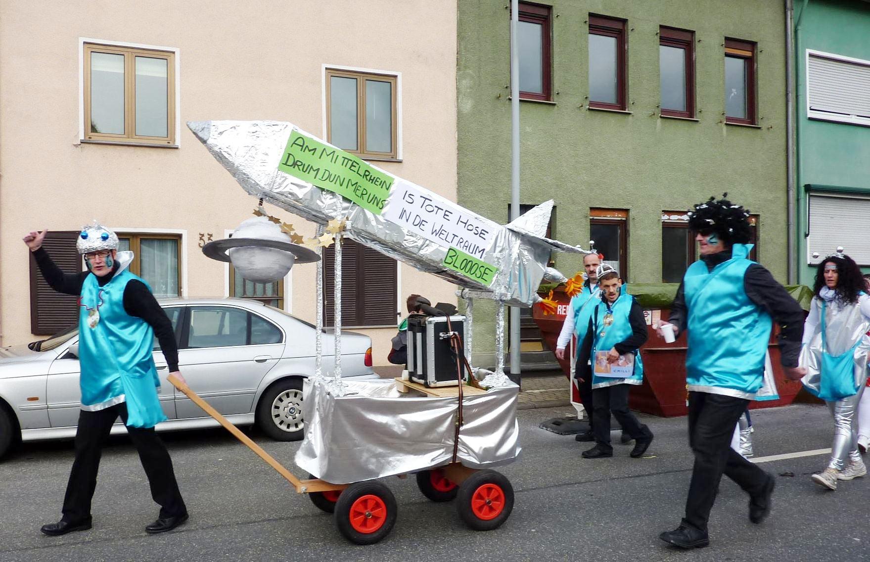 Fußgruppe in Fantasiekostümen als Raumschiff-Besatzung