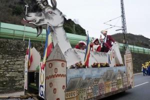 Karnevalswagen mit Geiß und Altstadthäusern