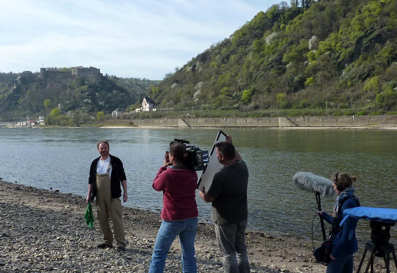 Künstler Detlef Kleinen und Kamerateam am Rheinufer