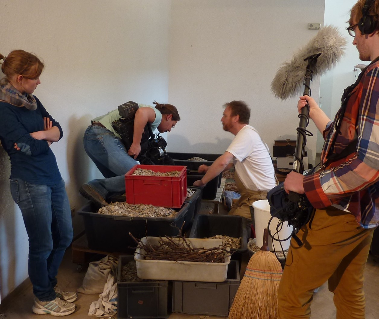 Kamerateam und Künstler Detlef Kleinen in der Werkstatt