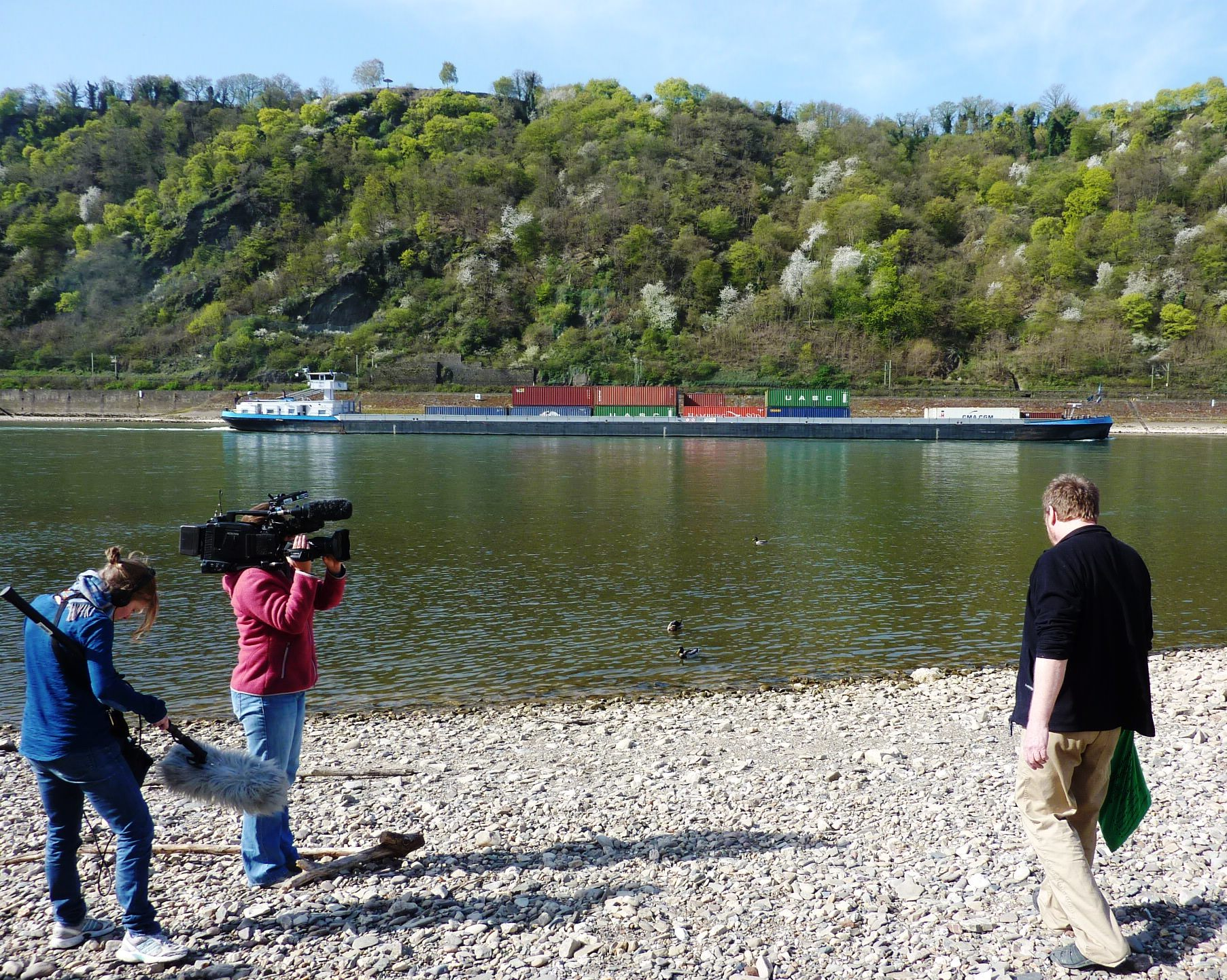 Kamerateam und Künstler am Rheinufer