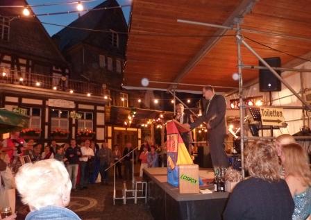 Bühne mit zwei Rednern, Abendstimmung, Fachwerkhaus