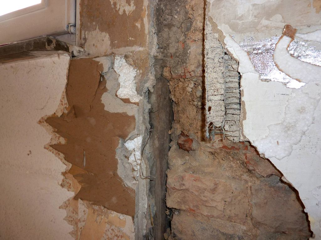 aufgebrochene Wand, bestehend aus diversen Baumaterialien