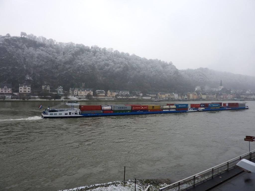 Containerschiff auf dem Rhein vor St. Goar