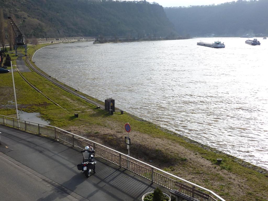 Rheinkurve u. Ufer m. Motorradfahrer