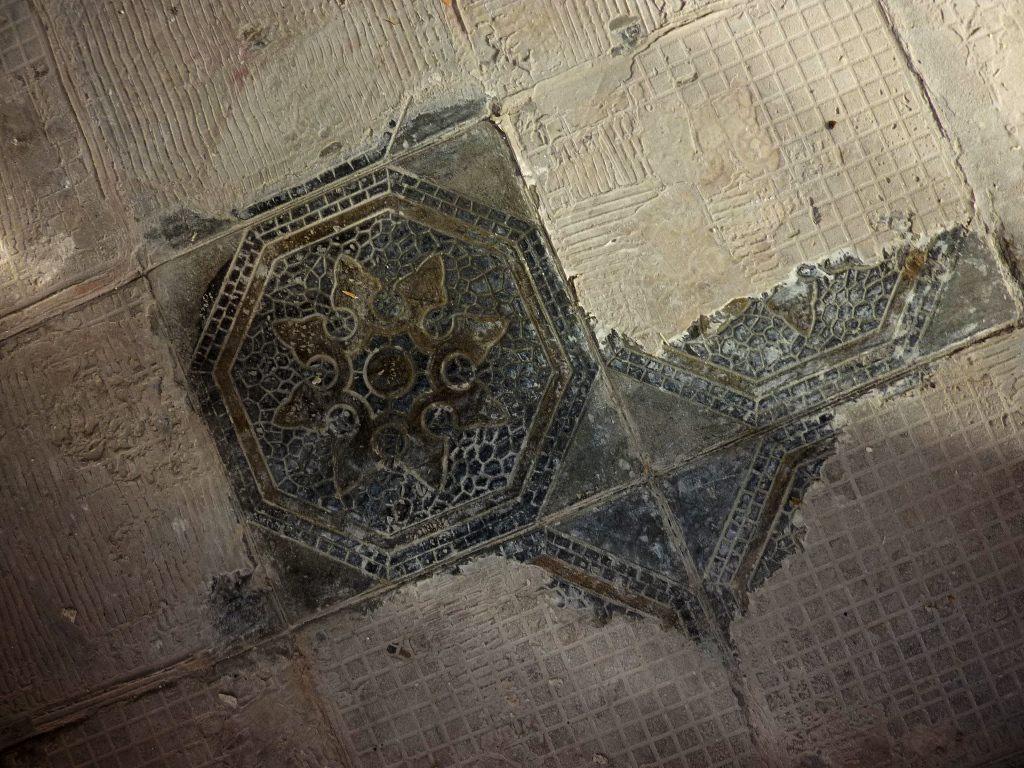 alte Bodenfliesen mit eingeprägtem Muster