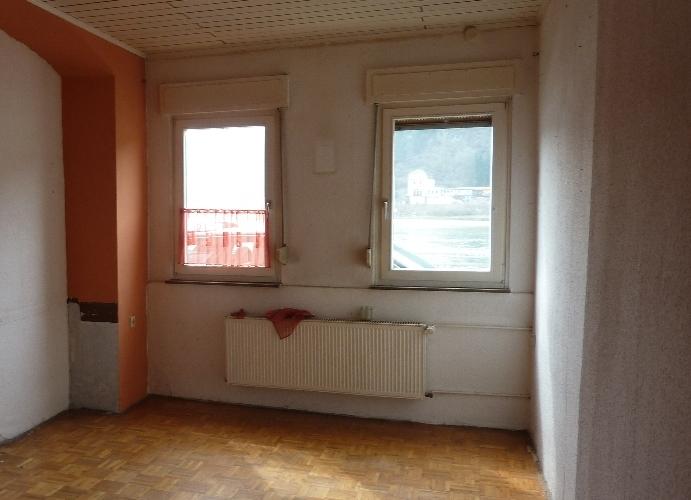 Raumseite mit zwei Fenstern und Heizkörper