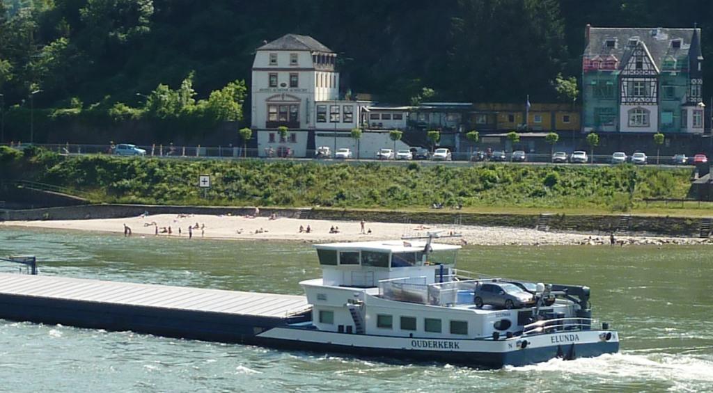 Menschen am Rheinufer von St. Goar