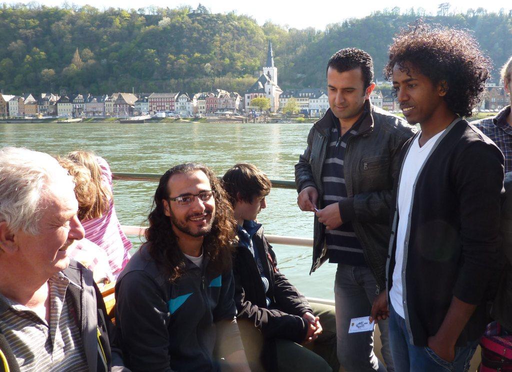Flüchtlinge und Einheimische auf Personenfähre