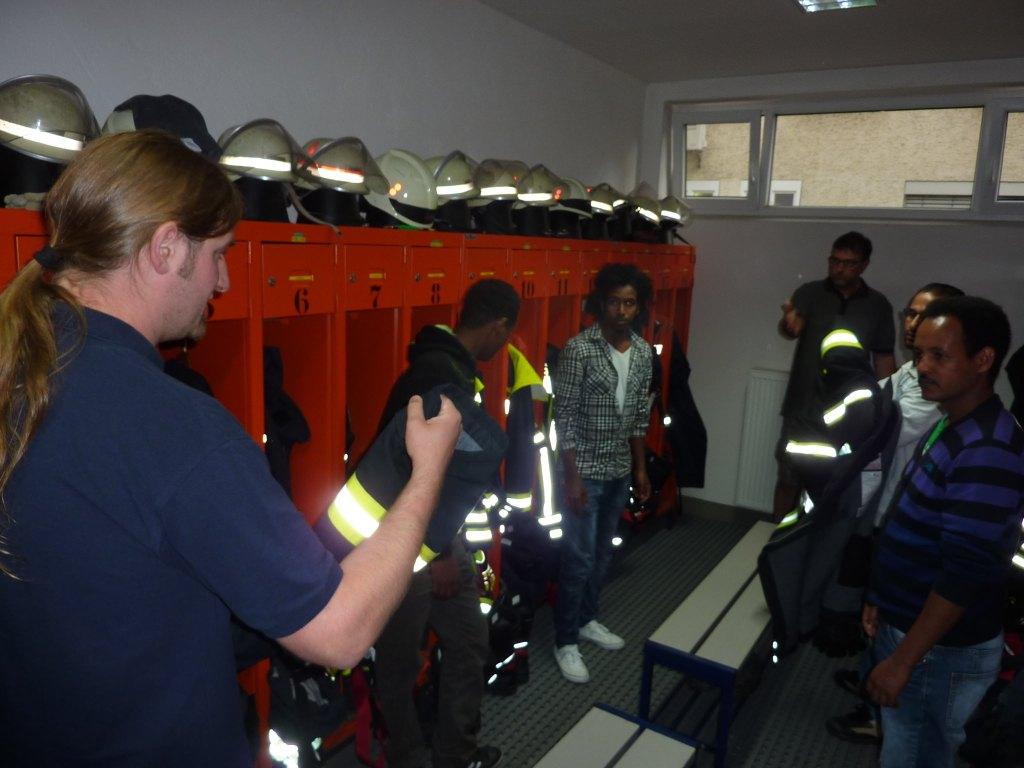 Junge Afrikaner im Umkleideraum der Freiwilligen Feuerwehr