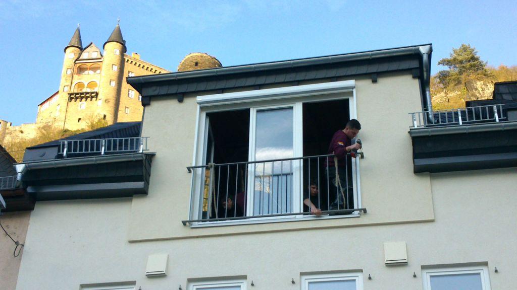 Geländer vor bodentiefem Fenster, im Hintergrund Burg Katz