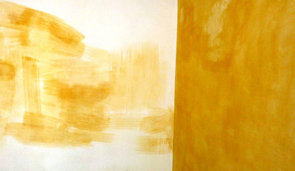 Zimmerecke mit unregelmäßiger dunkelgelber Wandfarbe